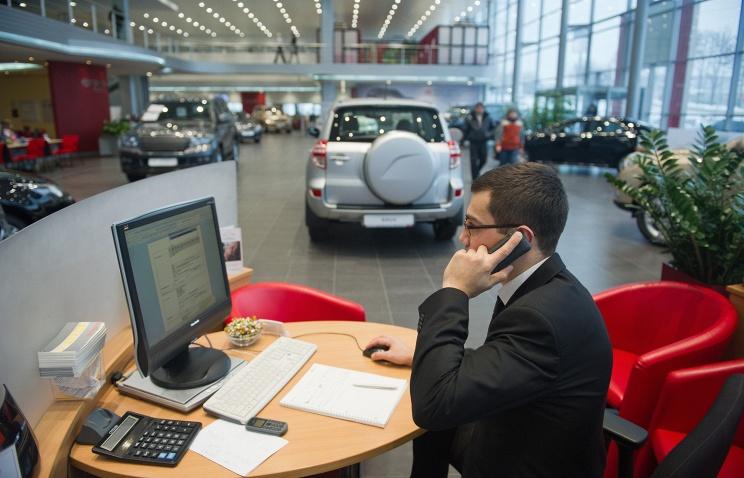 АЕБ: продажи легковых автомобилей в РФ в апреле упали на 41,5%