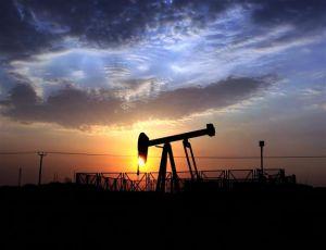 Цена на нефть опустилась ниже 47 долларов, зависимость рубля от нефти лишает ЦБ маневра