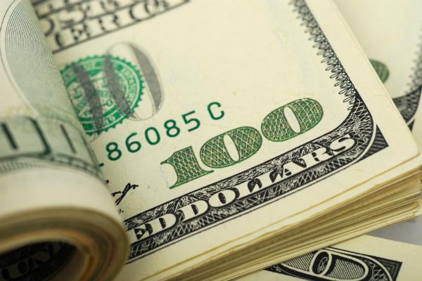 Курс доллара упал ниже 65 рублей впервые с середины сентября