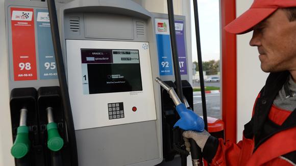 Биржевые и оптовые цены на бензин снизились впервые с начала года