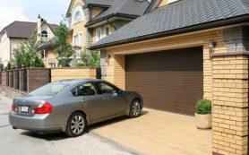 Ворота для гаража возле дома