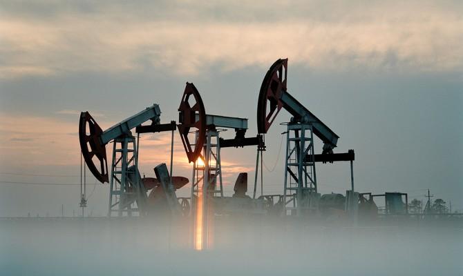 Цены на нефть марки Brent опустились ниже 55 долларов за баррель