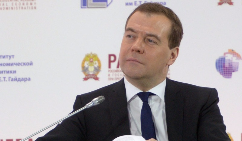 «Пусть коленки не трясутся» — Медведев потребовал от Грефа успокоить аграриев