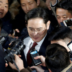 Суд приговорил главу Samsung к пяти годам тюрьмы