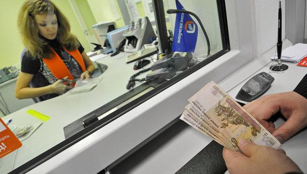 Россиянам посоветовали вложить часть сбережений в доллары