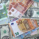 Официальный курс доллара вырос на 1,3 рубля, евро — на 98 копеек