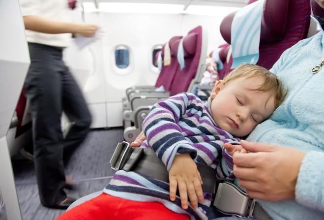 Как правильно совершать перелет на самолете с ребенком?