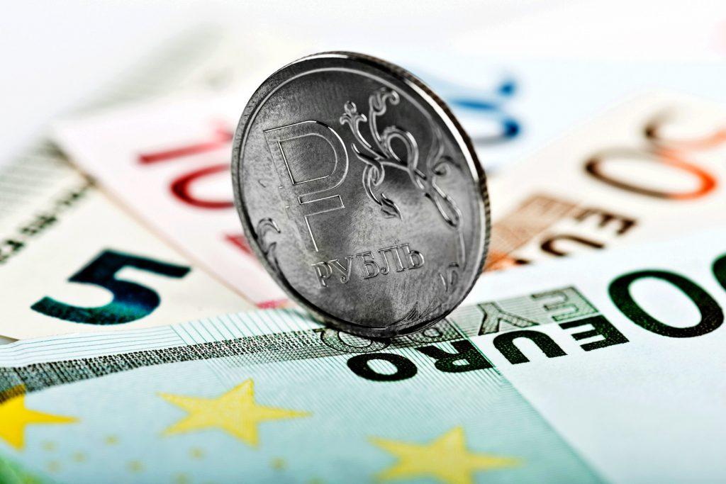 Курс евро опустился ниже 88 рублей впервые с осени