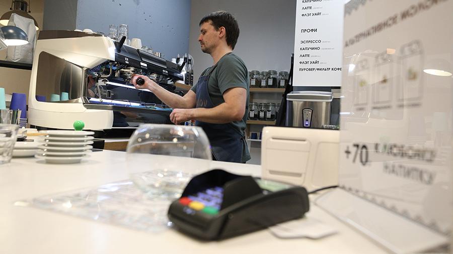 Банки начали внедрять снятие наличных в кафе, ресторанах и отелях