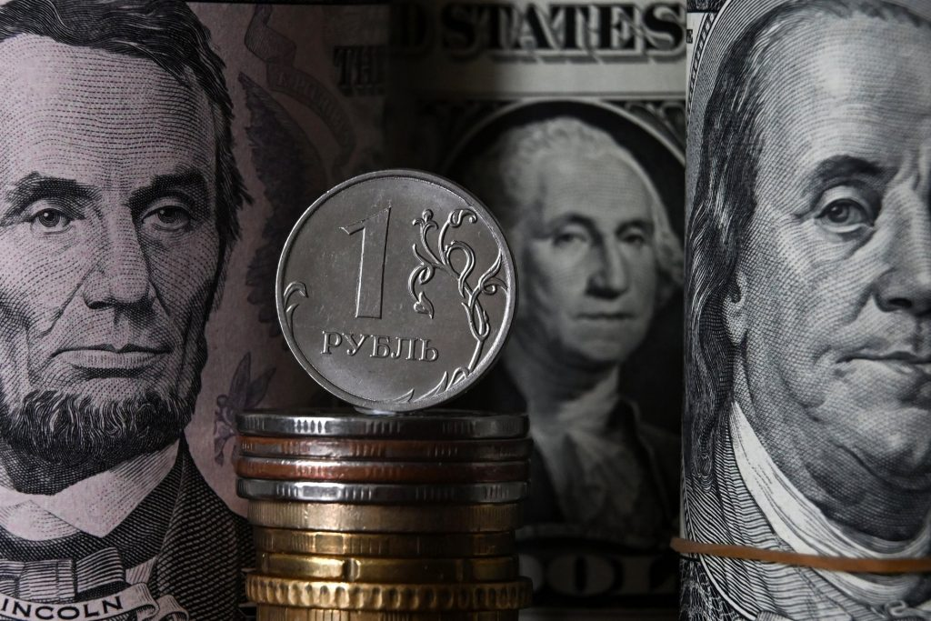 Курсы доллара и евро могут снизиться на 3-4 рубля