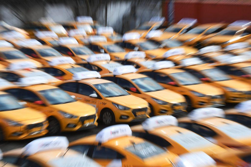 Россияне пересели с общественного транспорта на такси